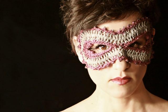 Πρωτότυπη μάσκα με βελονάκι 1