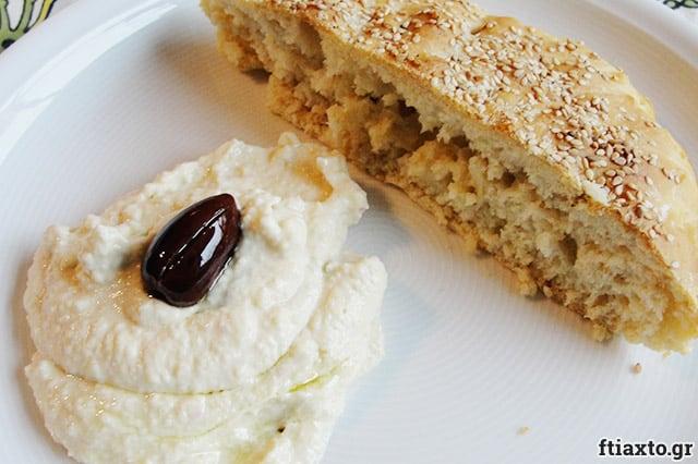 Χωριάτικη ταραμοσαλάτα με ψωμί 2