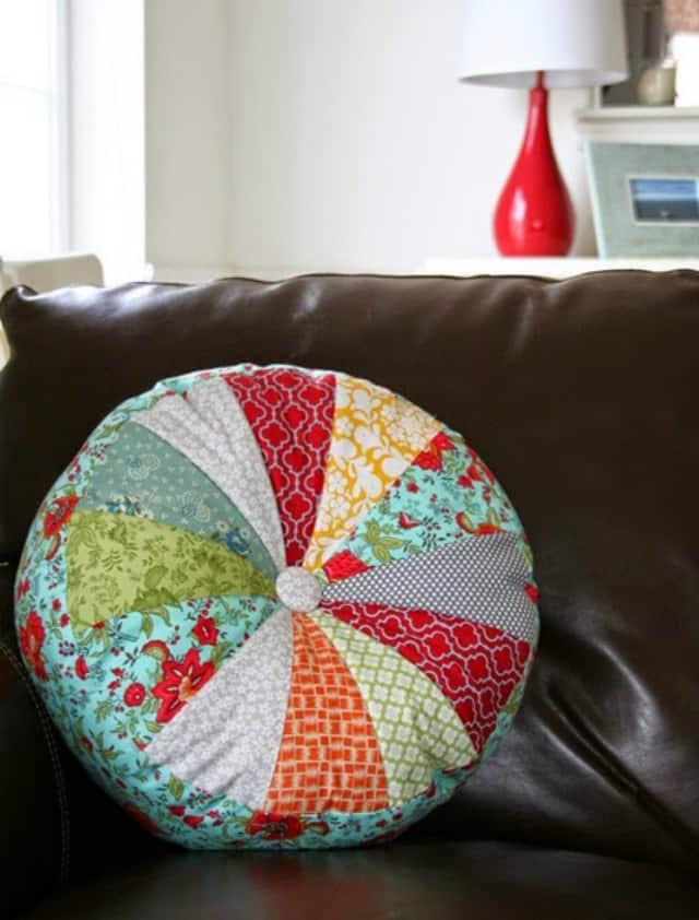 στρογγυλά μαξιλάρια με πάτσγουορκ