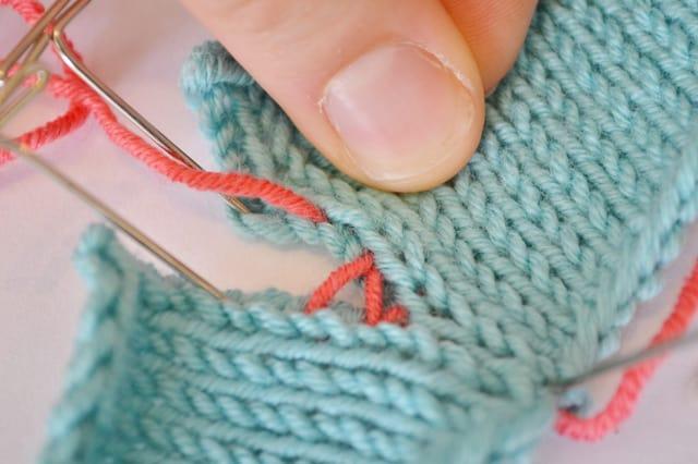 cb5a04a9fb83 Συγχαρητήρια! Έχεις πλέξει το πλεκτό σου (μικρό ή μεγάλο δεν έχει σημασία)  και είσαι έτοιμος η να συναρμολογήσεις τα κομμάτια. Αποστολή σου να ενώσεις  έτσι ...