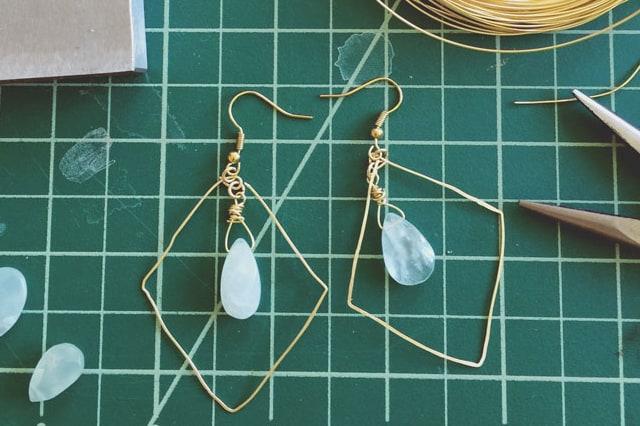 Χρυσά σκουλαρίκια από σύρμα και χάντρα 1