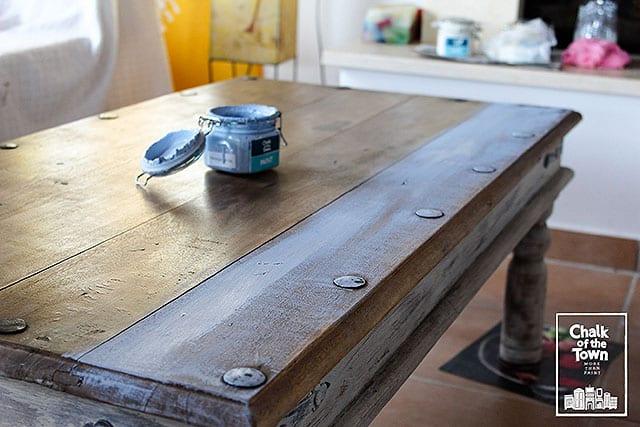 Μεταμόρφωση τραπεζιού με τεχνική Wash και χρώματα κιμωλίας Chalk Of The Town® Paint 5