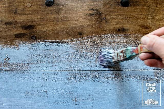 Μεταμόρφωση τραπεζιού με τεχνική Wash και χρώματα κιμωλίας Chalk Of The Town® Paint 3